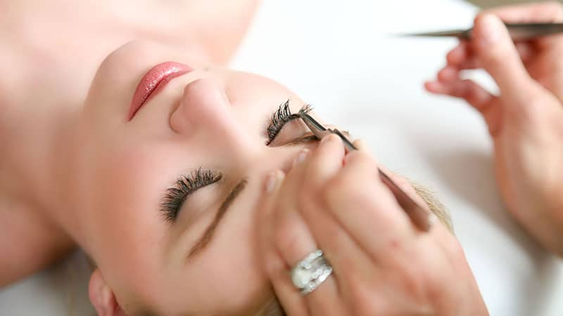 eyelash-extension-touch-ups
